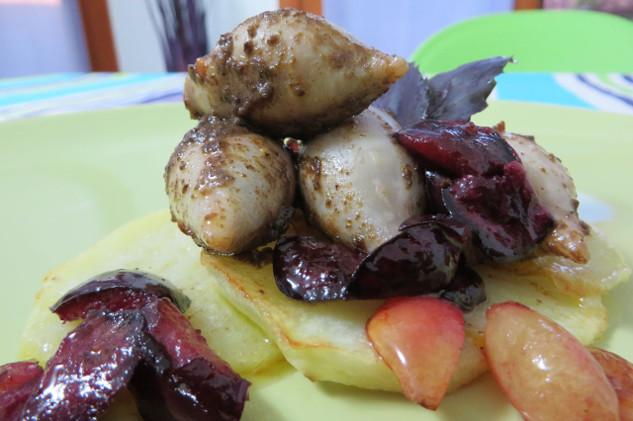 Calamari ripieni di olive nere e basilico viola, su patate al forno e ciliegie caramellate