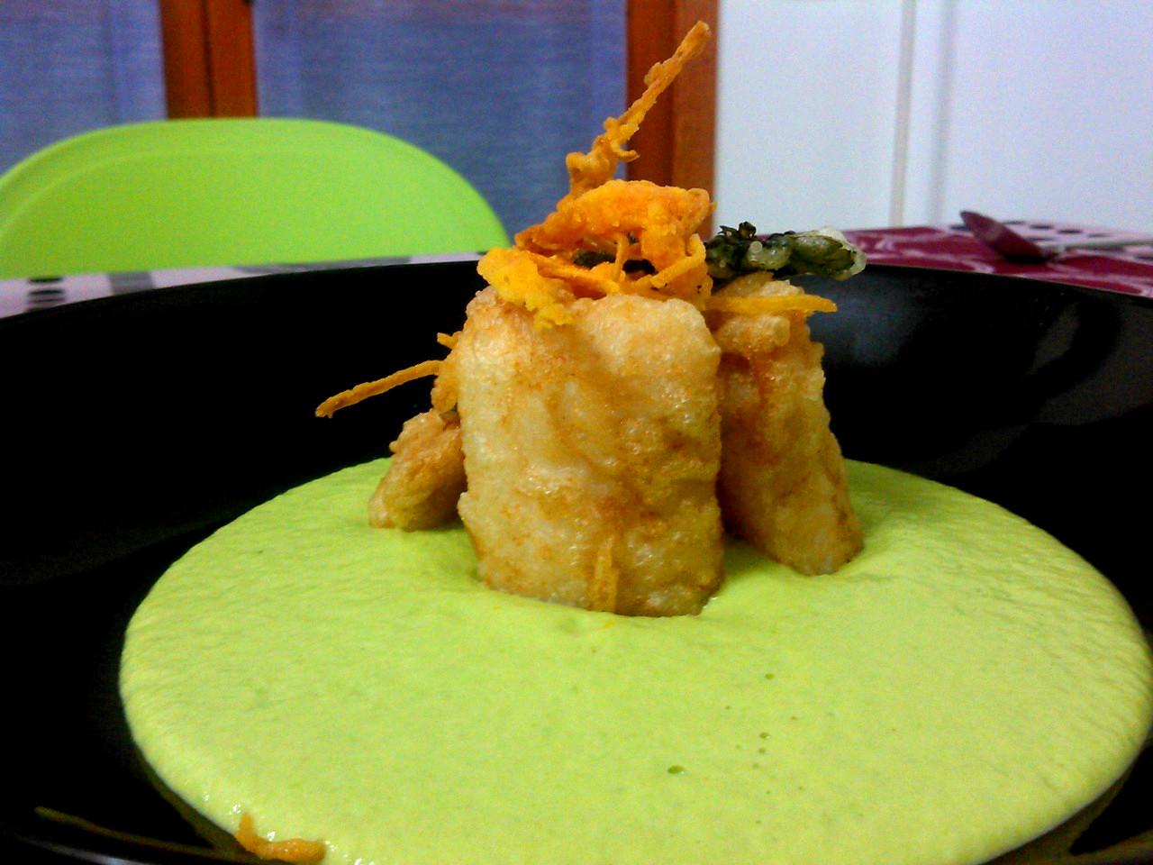 Merluzzo in pastella con verdure croccanti su spuma di piselli
