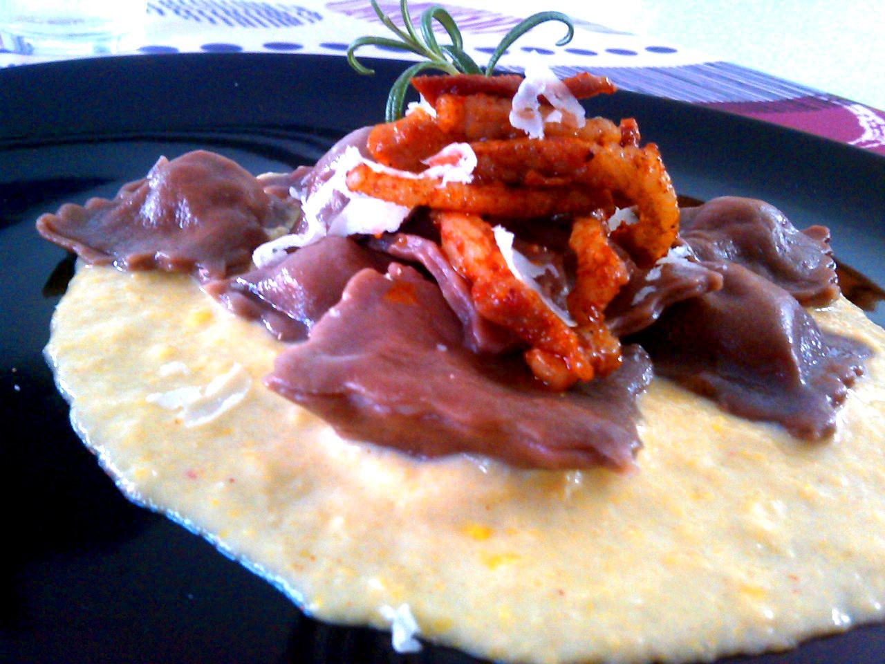 Ravioli sottosopra: ravioli al cacao ripieni di burro e salvia,con pancetta rosolata nella paprica e crema di mais