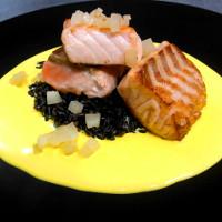 Salmone scottato su riso venere croccante, crema di zafferano e pere caramellate.